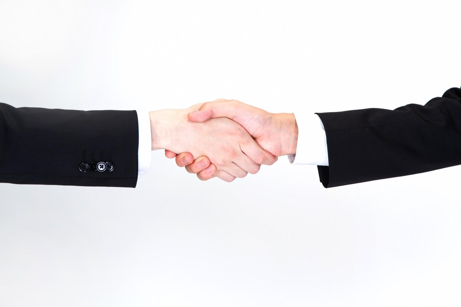 プレズの無料カウンセリングを通して契約を結ぶ握手をする画像