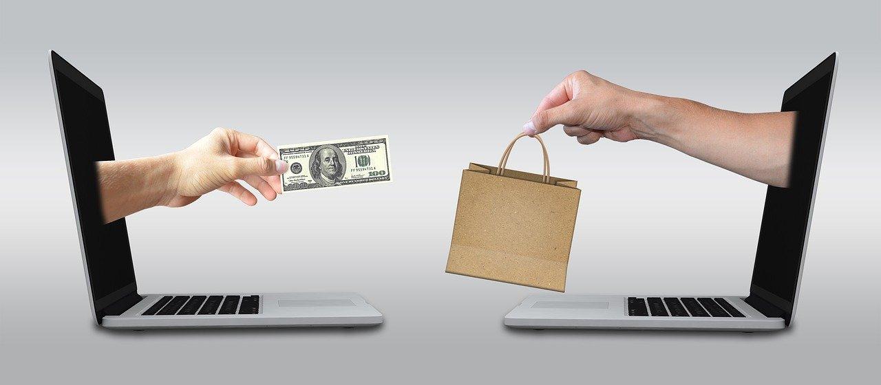 お金を支払って商品を受け取る画像