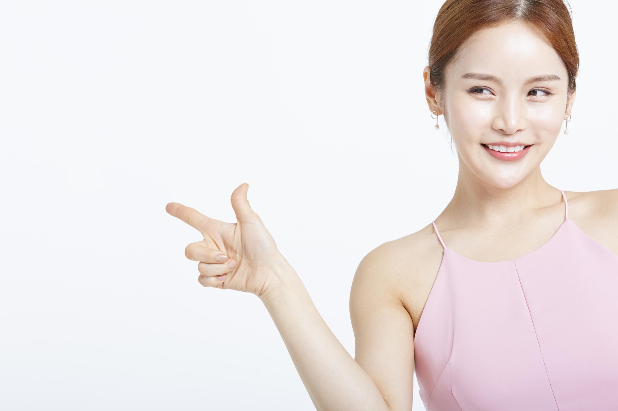 オンラインヨガOluluのレッスンを紹介する女性