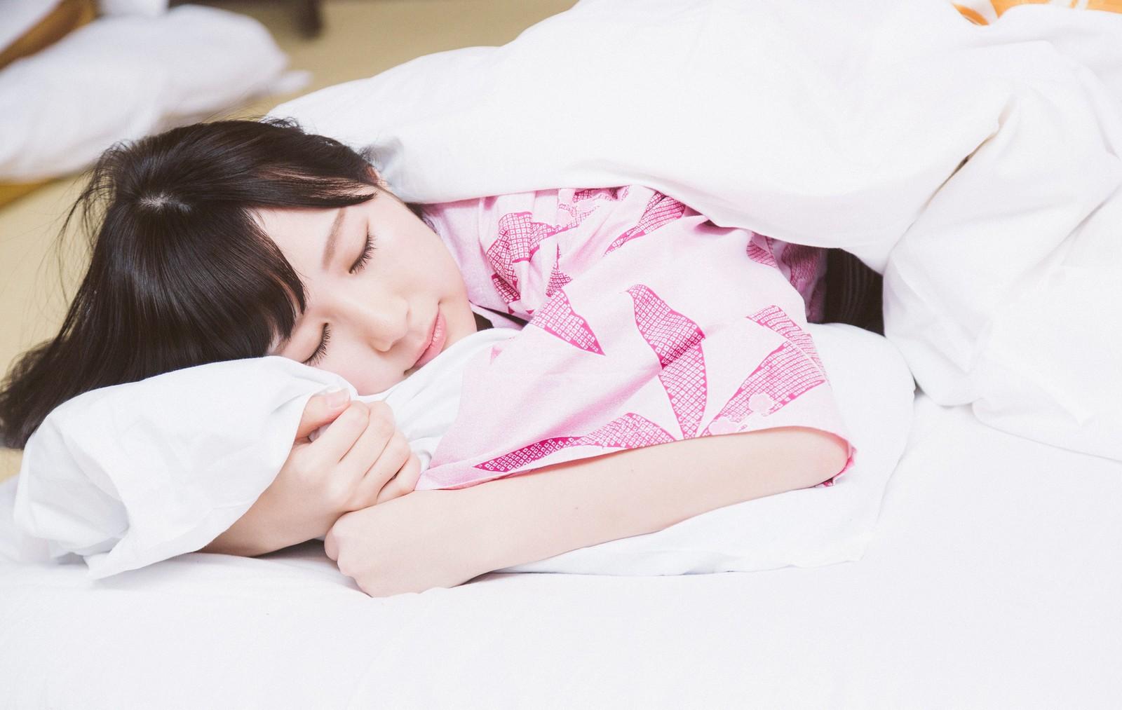 スリープヨガをして快適に眠る女性