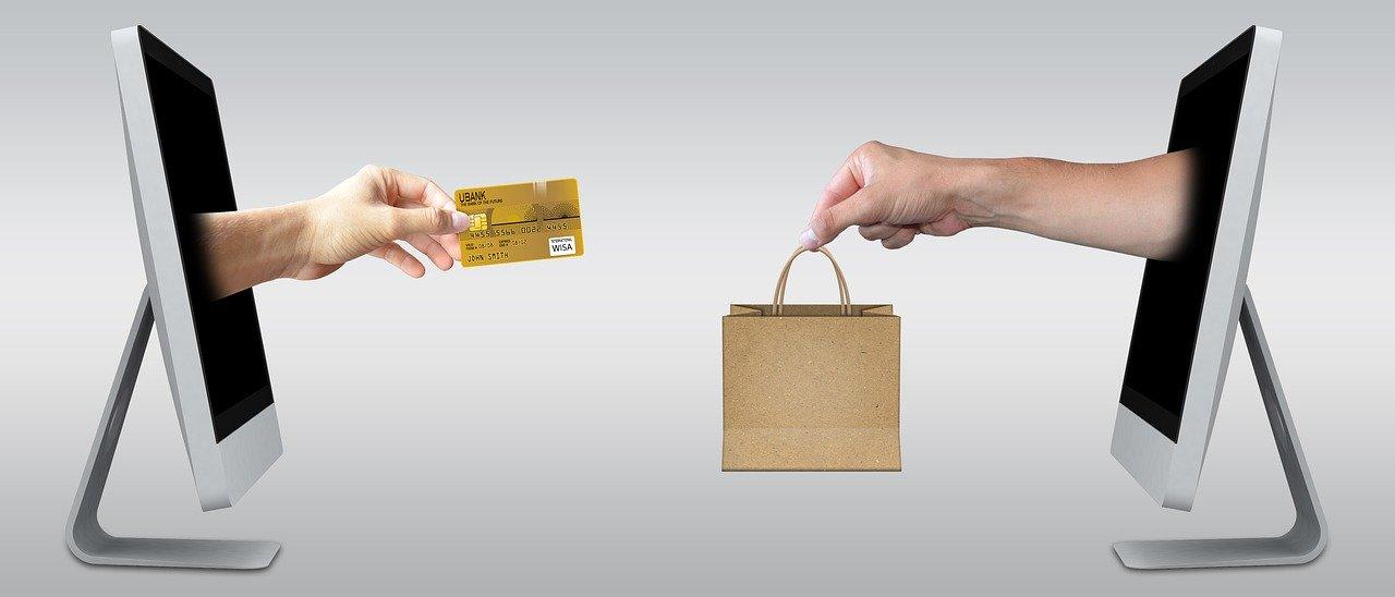 クレジットカードで物を買っている画像